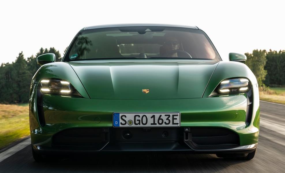 El Porsche Taycan Turbo S está más orientado hacia el manejo deportivo que su rival