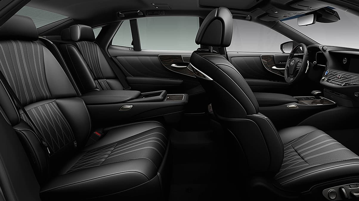 La cabina del Lexus LS 500h deja claro que se trata de un sedán premium que prioriza el confort y el refinamiento