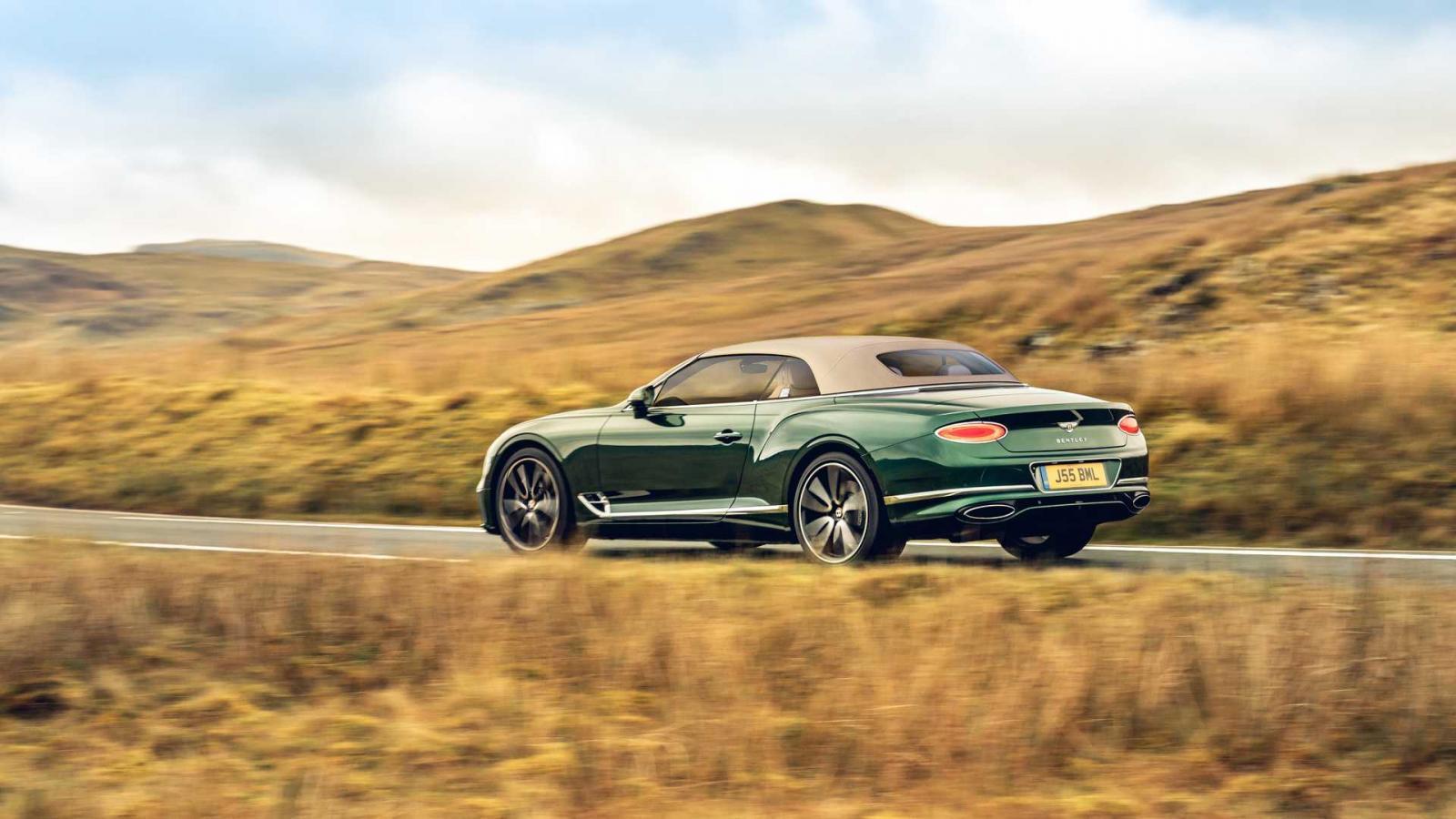 El Bentley Continental GT Convertible con techo de tweed resalta el carácter artesanal del vehículo británico