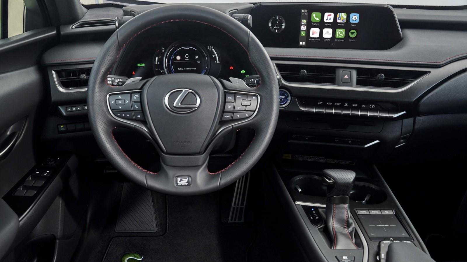 La cabina de la Lexus UX 250h Tennis Cup Edition no exhibe demasiadas modificaciones con relación a la variante F Sport
