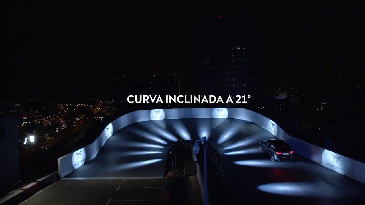 El circuito tenía una curva inclinada a 21 grados, la cual fue sorteada con gran agilidad por la SUV de Cupra