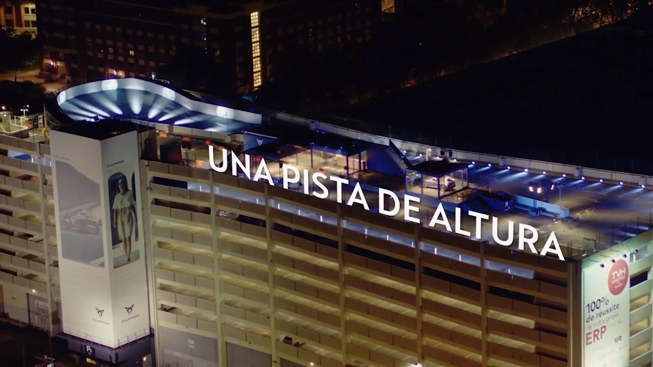 La Cupra Ateca exhibió sus prestaciones técnicas en la parte más alta de un edificio