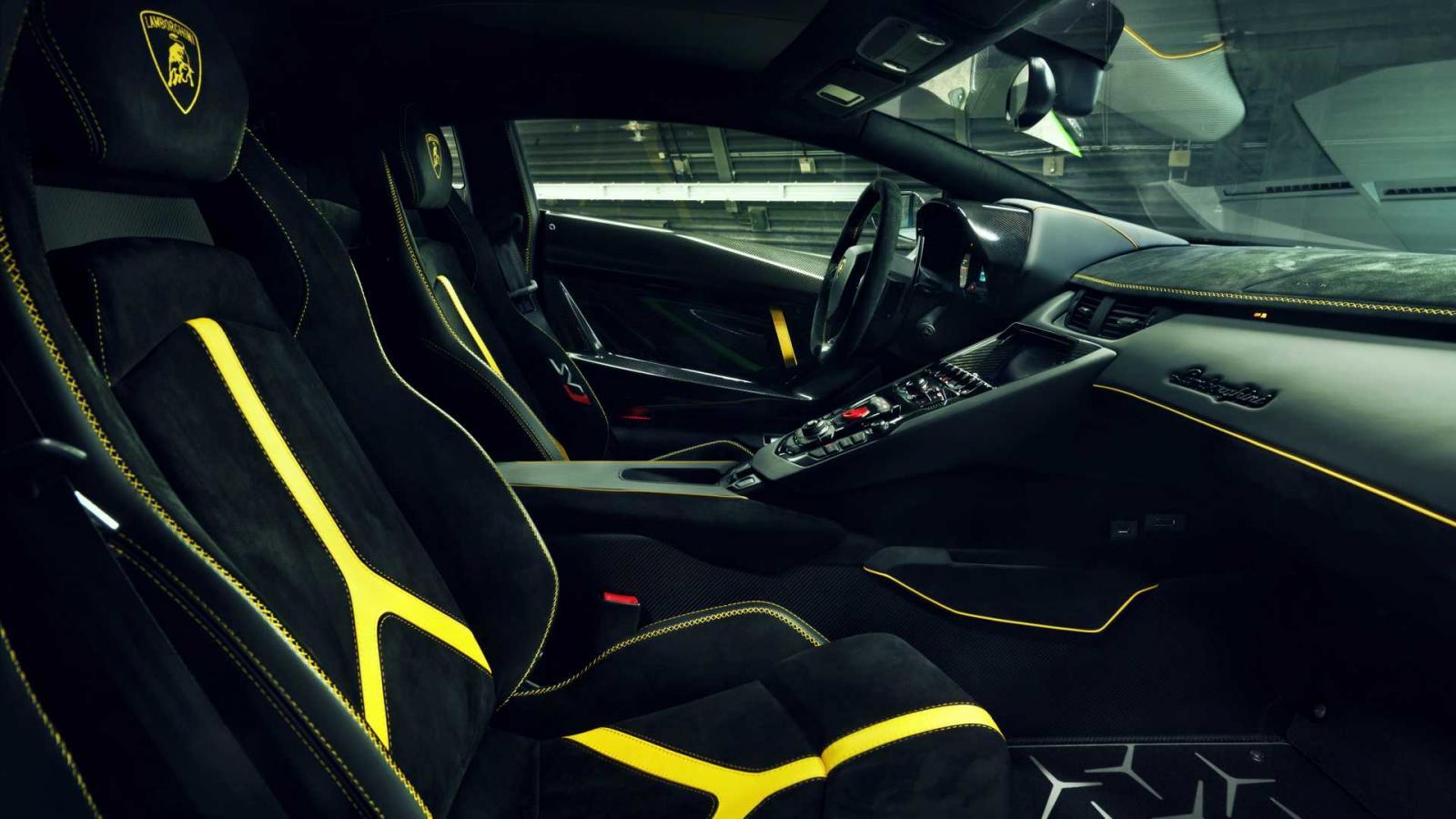 Novitec también ofrece diversas opciones para personalizar el interior del Lamborghini Aventador SVJ
