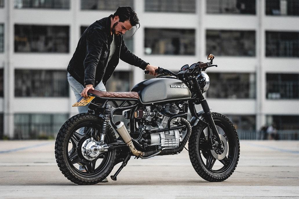 Compra de motos usadas hombre y moto de color gris