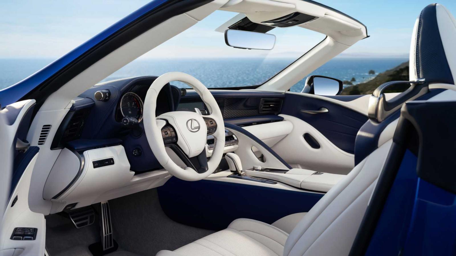 La cabina del Lexus LC 500 Convertible está elaborada con materiales de calidad premium