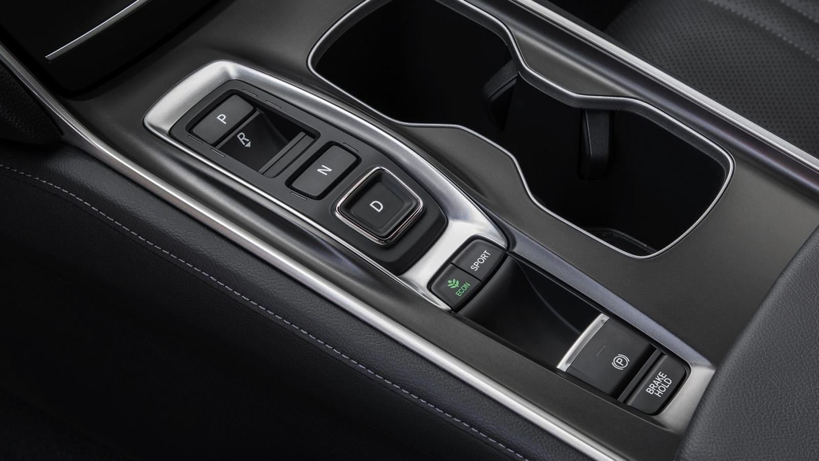 El Honda Accord Touring 2020 tiene numerosos compartimentos