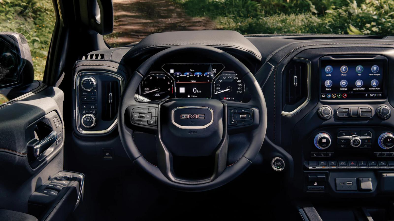 La cabina de la GMC Sierra AT4 2020 ofrece un espacio amplio para los ocupantes
