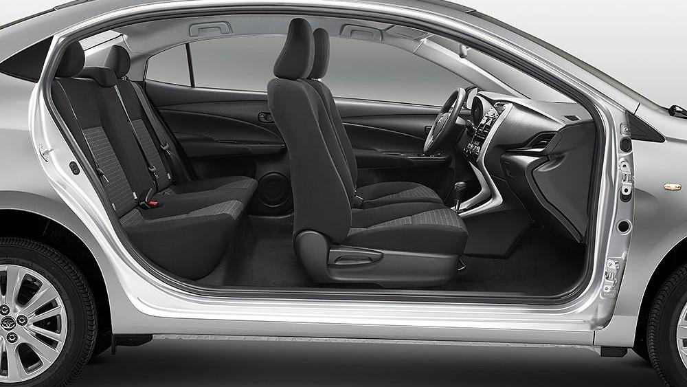 El Toyota Yaris 2020 precio se puede sentir escueto en materia tecnológica y muy económico en la calidad de los materiales de la cabina