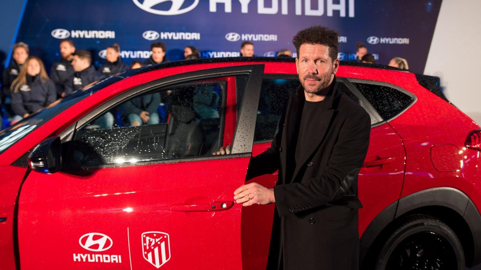 Diego Simeone, el director técnico, también salió del lugar a bordo de su nueva camioneta