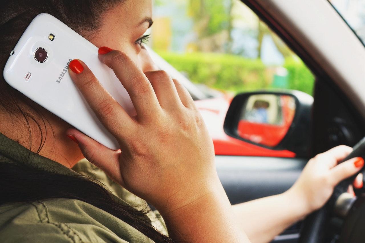 Usar el teléfono mientras manejas es ilegal en Australia