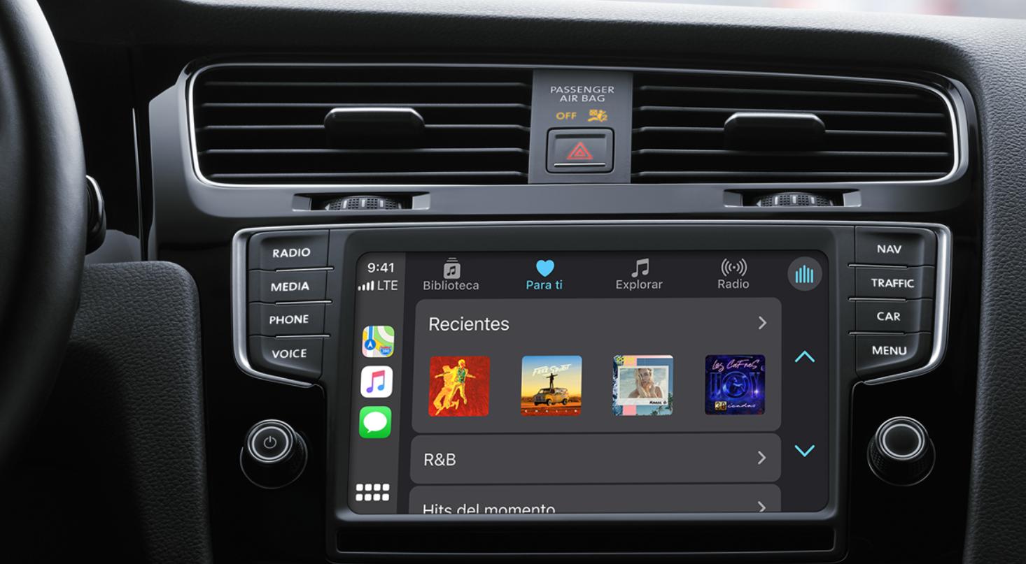 La gestión de la música se puede realizar mediante comandos de voz, el panel táctil o los controles de la consola