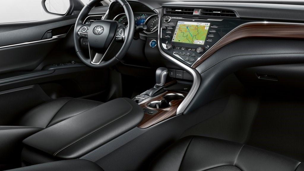 Toyota Camry Hybrid 2020 resena opiniones incluye tecnología suficiente para el entretenimiento, pero posee un margen de mejora importante