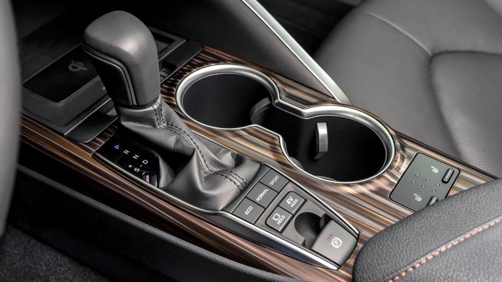 La consola central de Toyota Camry Hybrid 2020 resena opiniones tiene materiales que transmiten calidad y refinamiento