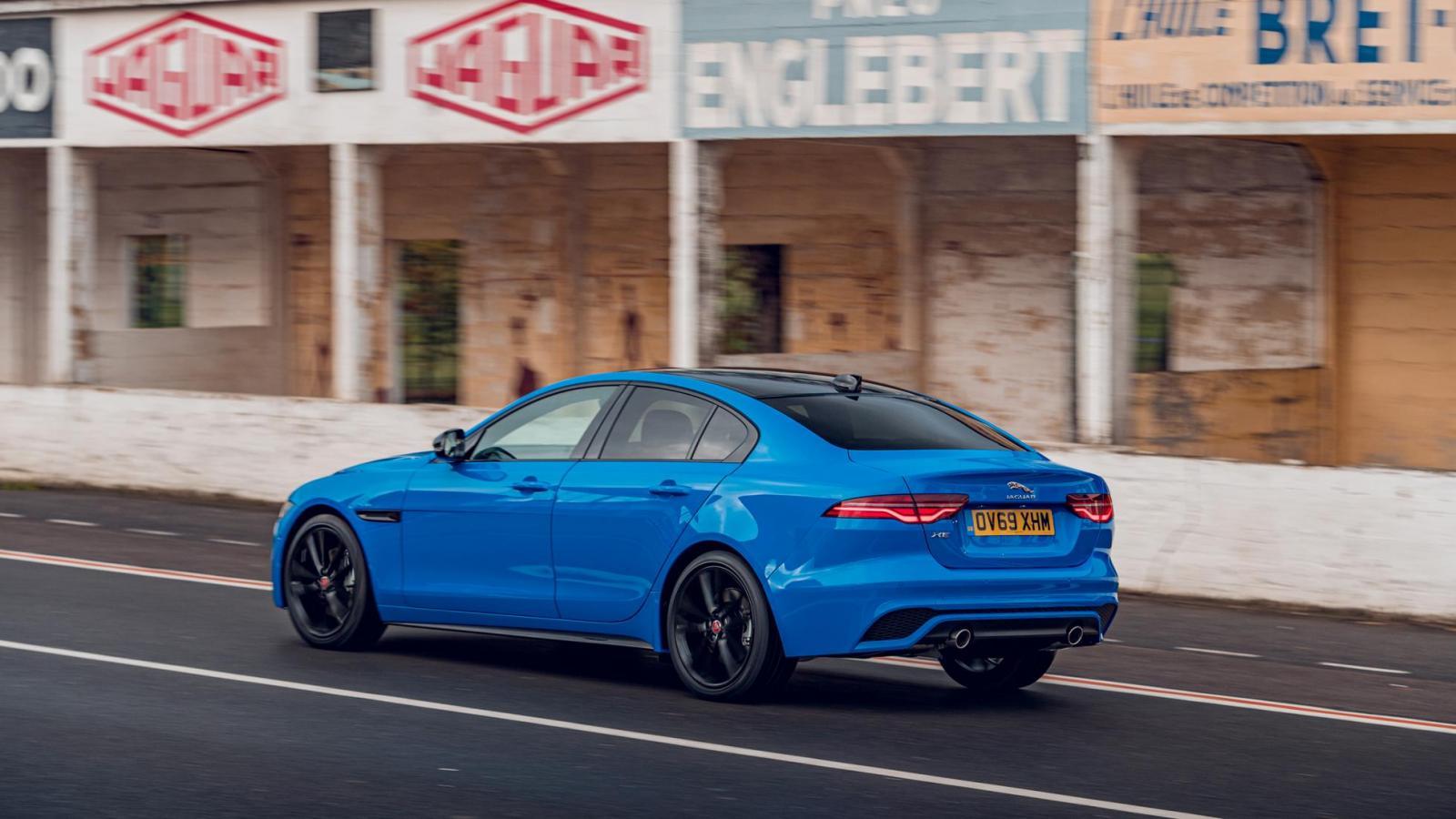 El tono azul French Racing Blue le da un toque enérgico