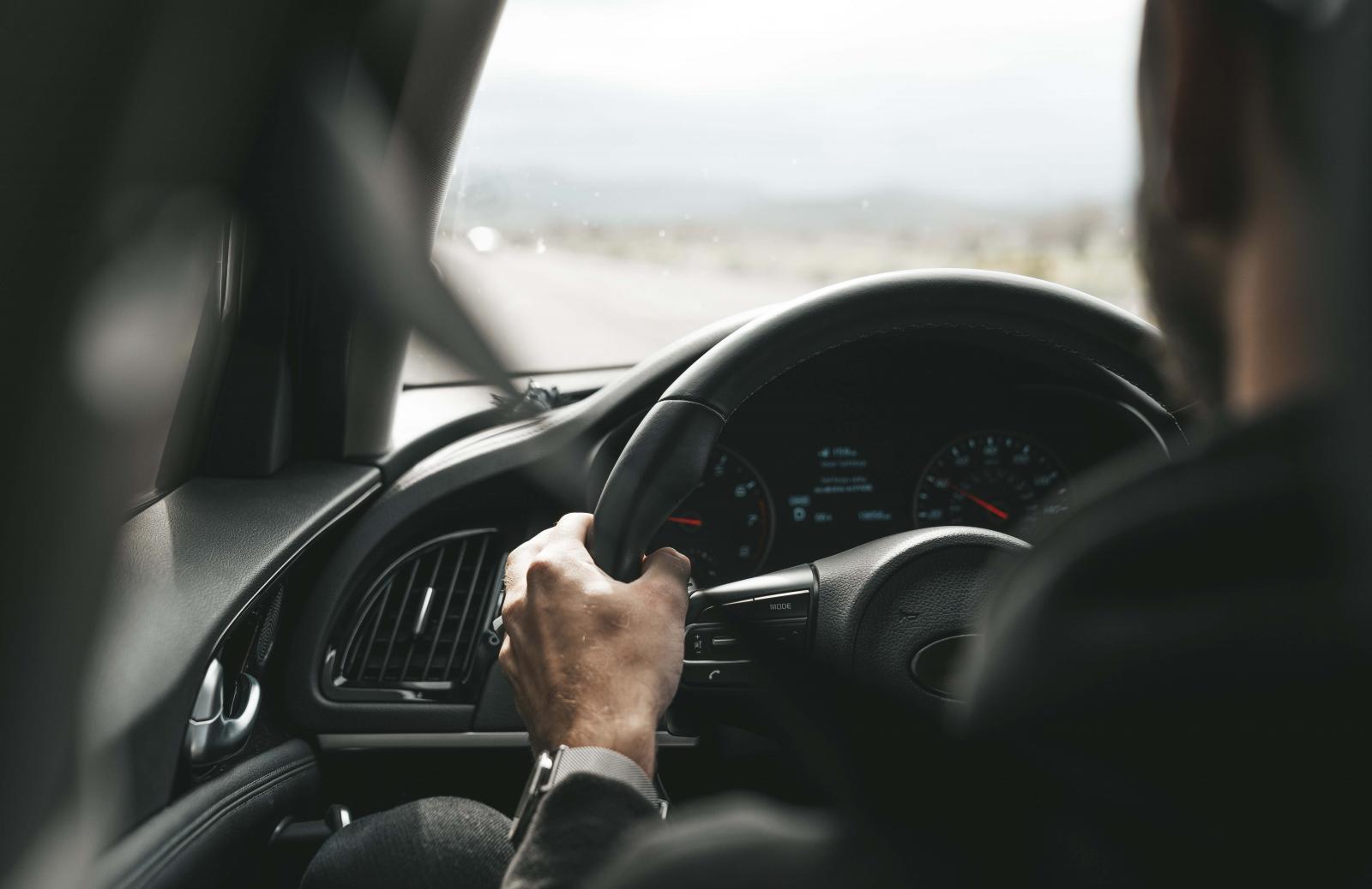 Manejar por tiempo prolongado puede afectar tu espalda