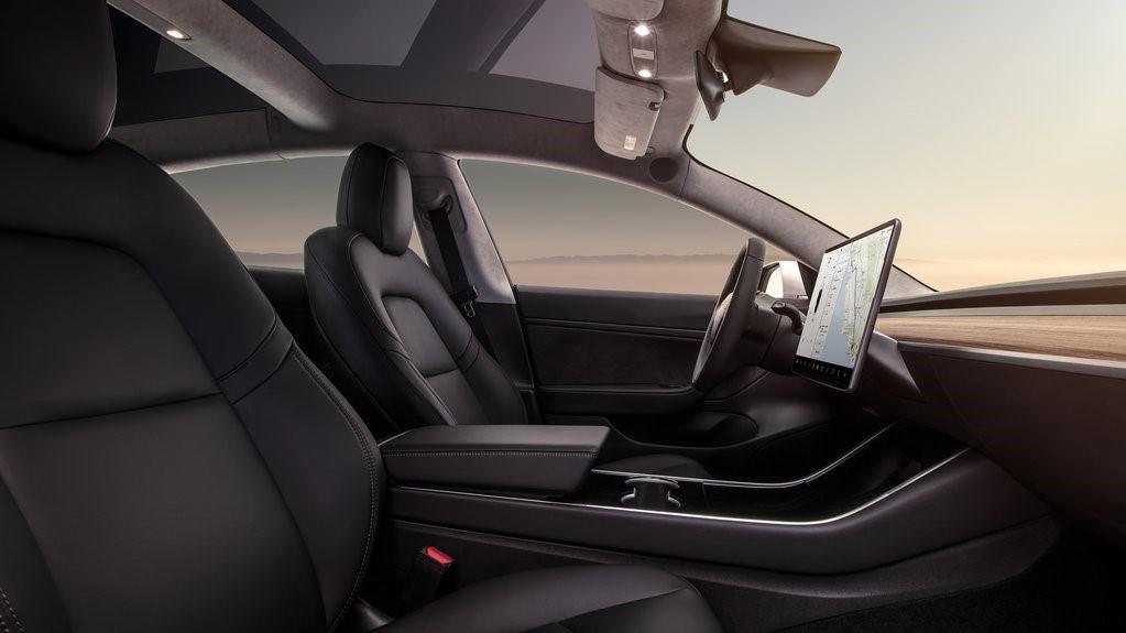 Tesla considera permitir el uso de Disney+ en sus vehículos