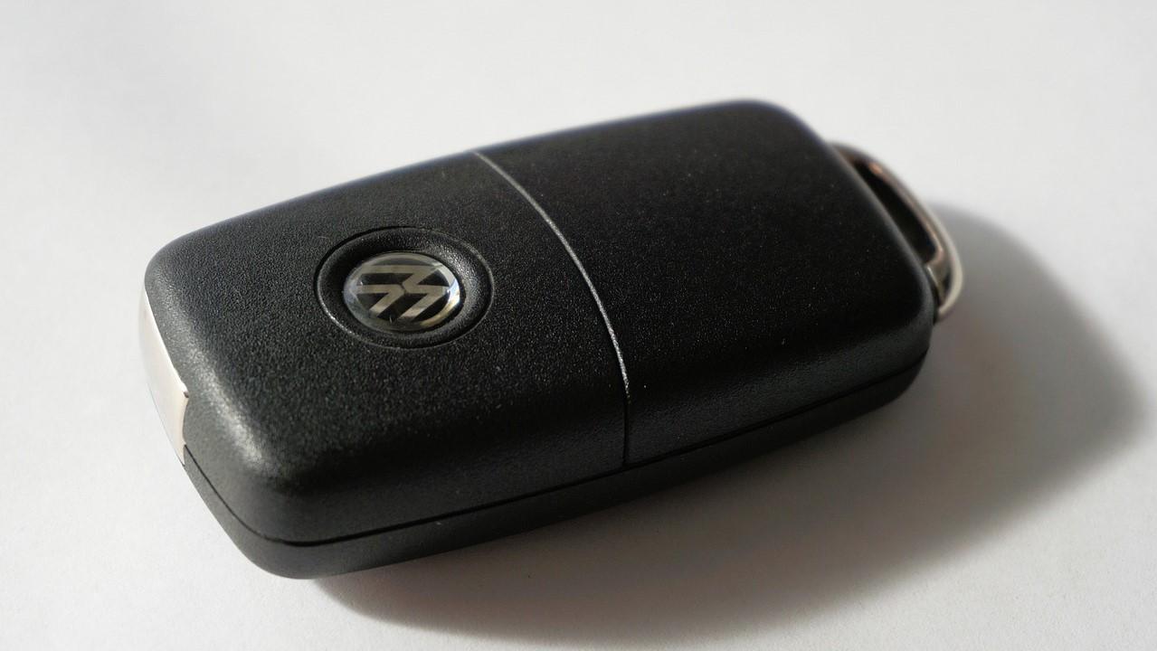 Las llaves autorizadas llevan un código único que se transmite a la antena y la computadora del inmovilizador