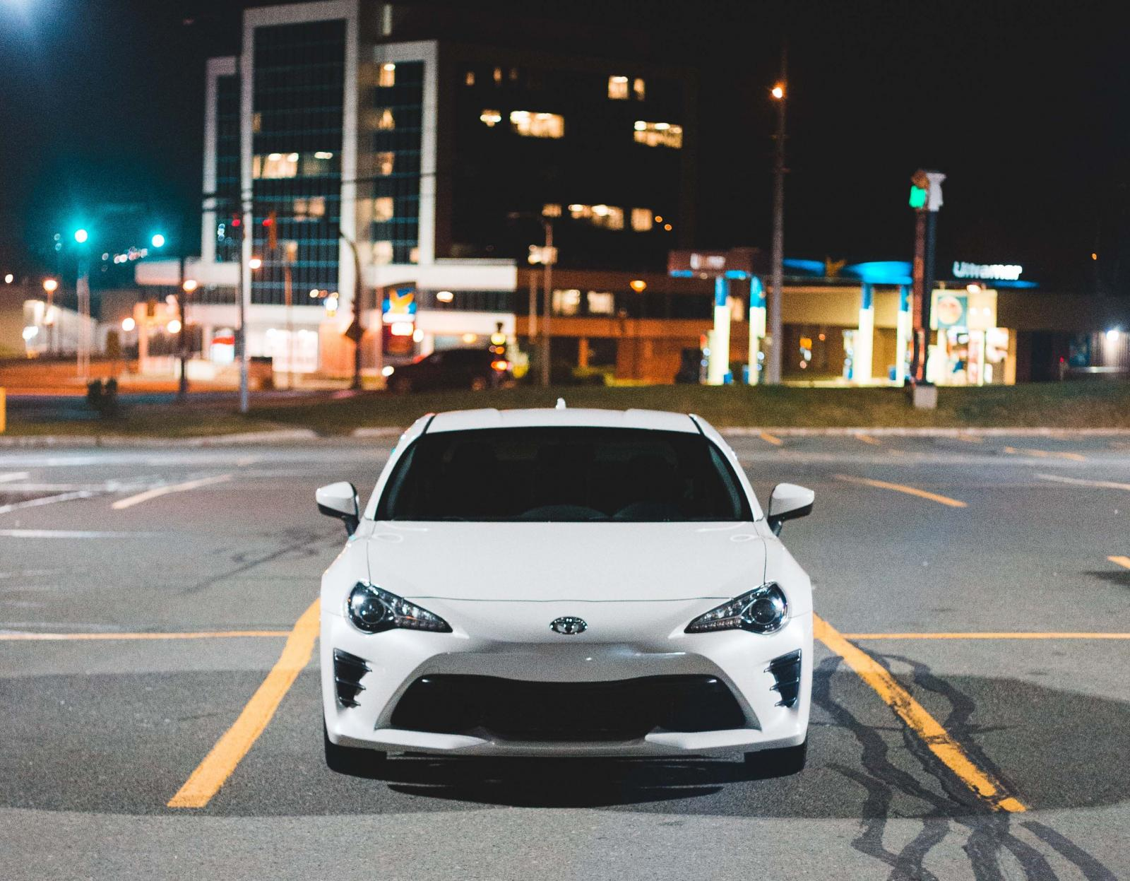 Arrendar un auto, auto de color blanco