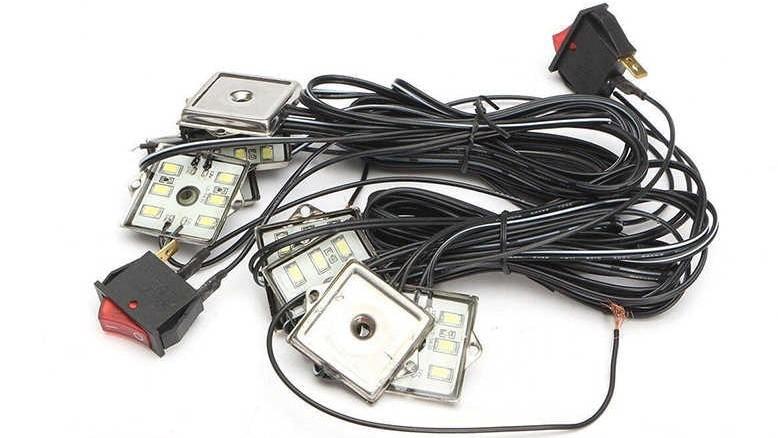 Un kit de luces LED asegura una óptima iluminación en esta zona de la camioneta