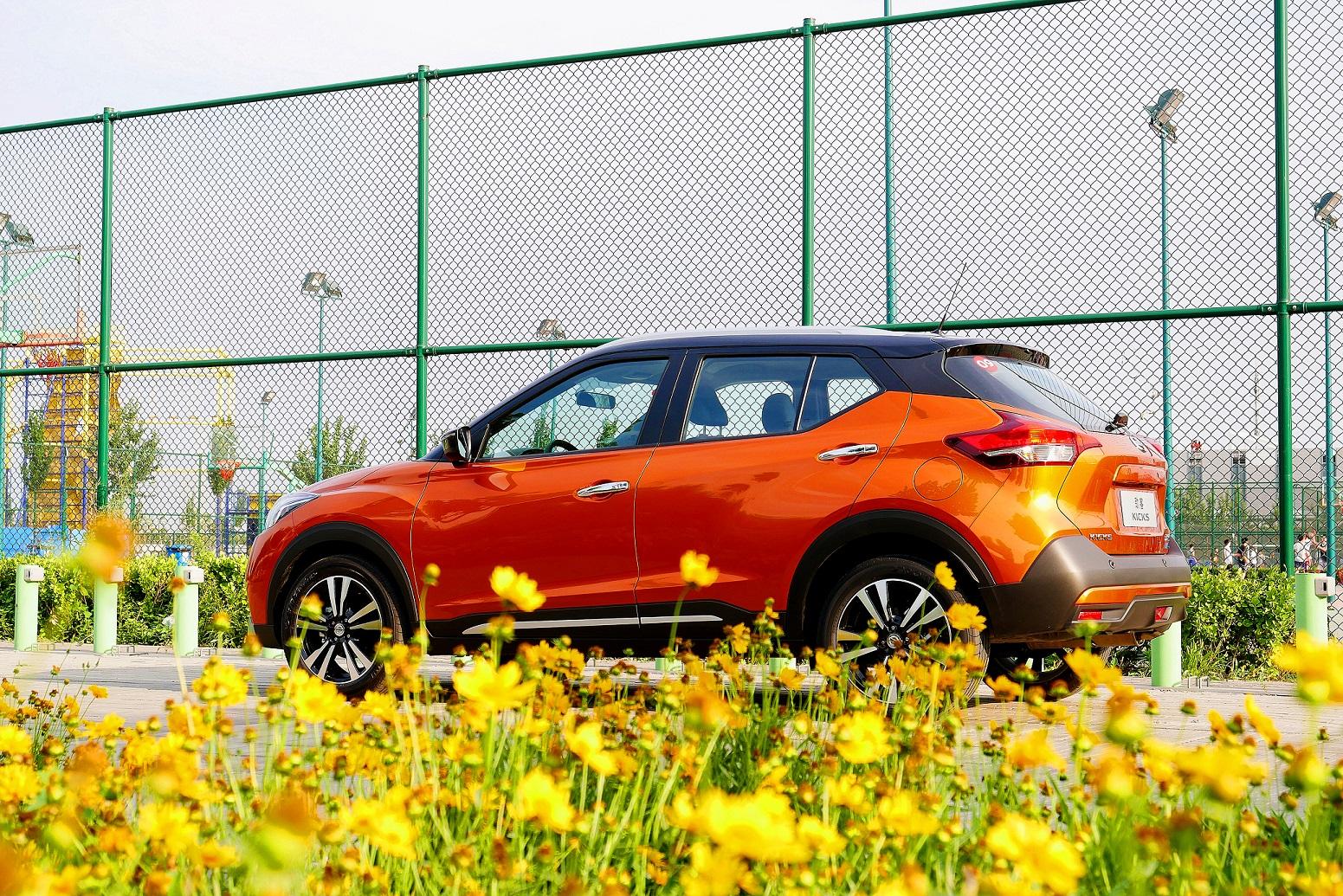 Nissan Kicks de color naranja