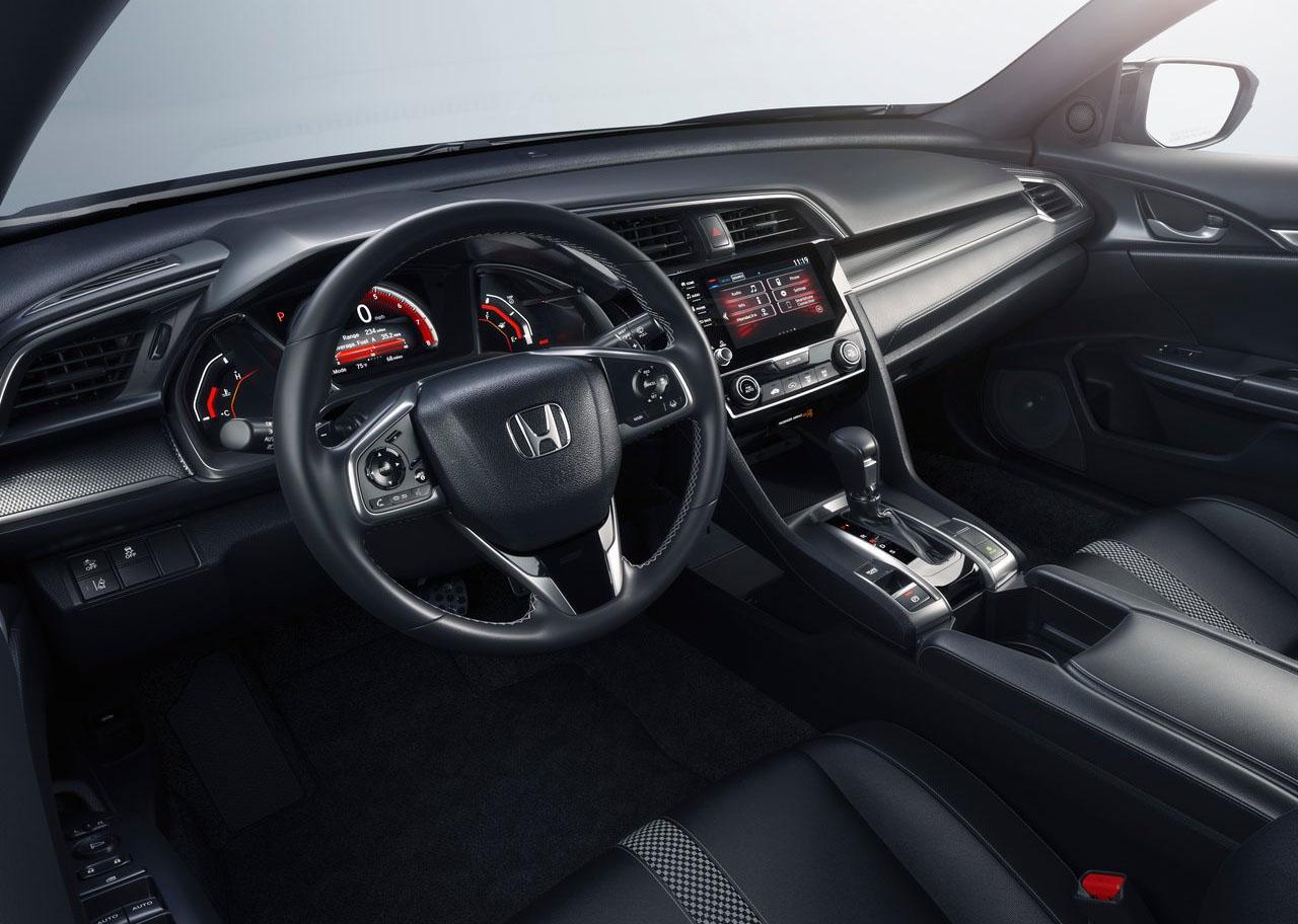 El Honda Civic Touring tiene volante forrado en piel