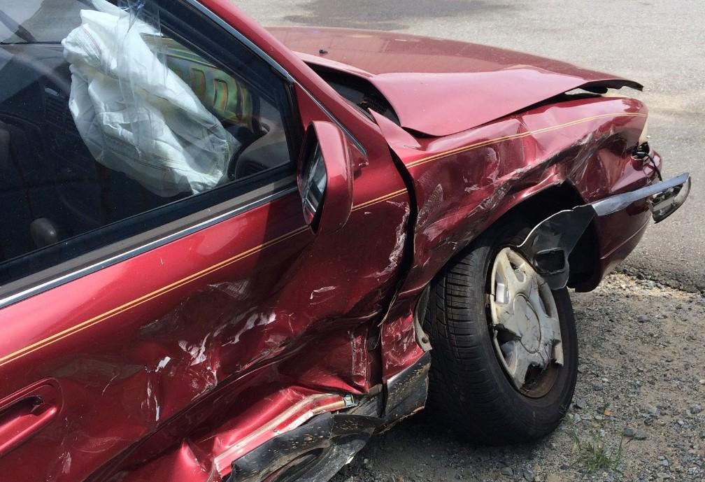 Auto chocado de color rojo