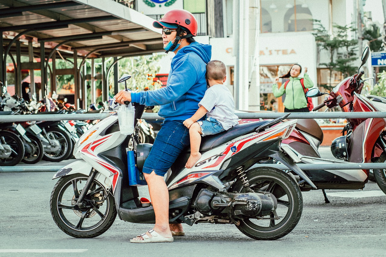 ¿Cómo viajar con un niño en moto?