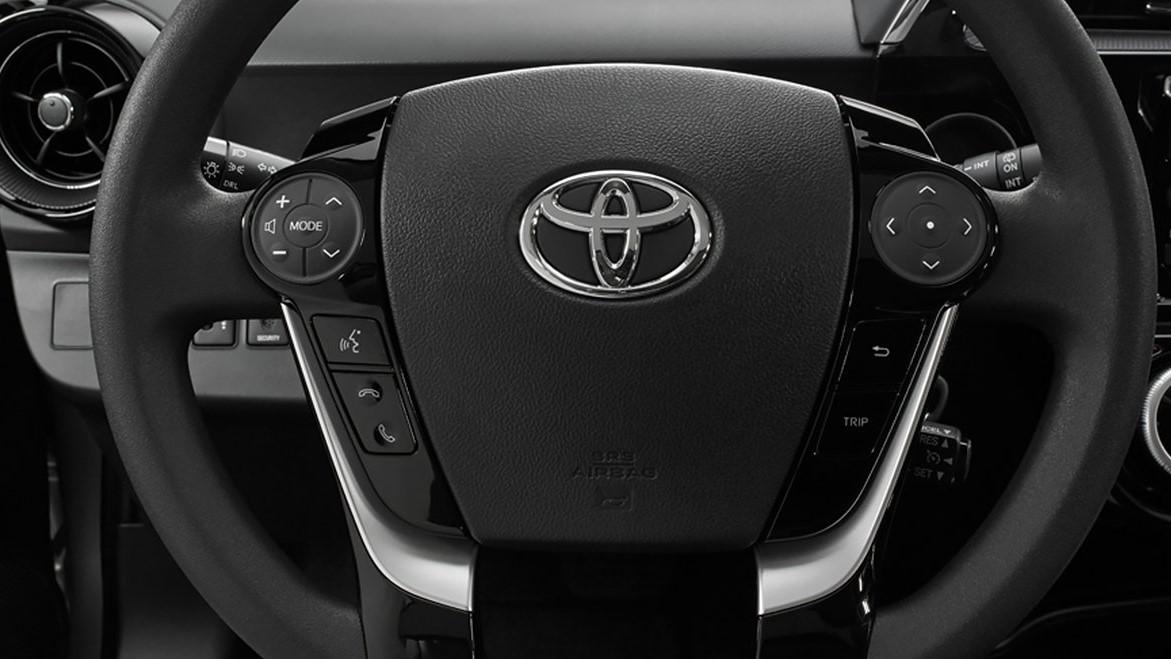 Los controles al volante Toyota Prius C 2020 resena opiniones son muy útiles para acceder a diferentes funciones y no distraernos del camino