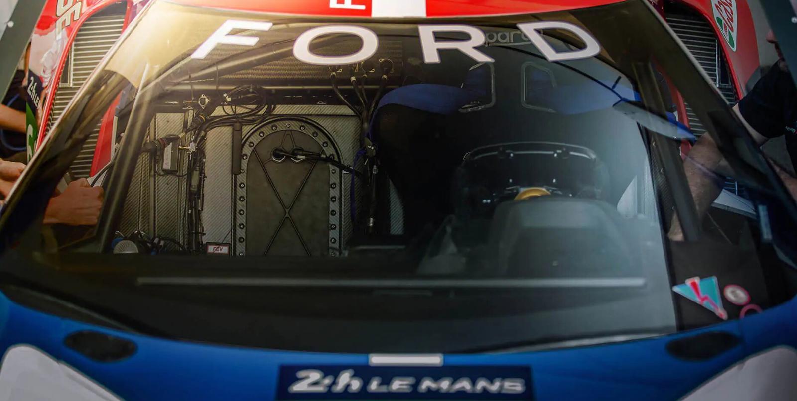El interior Ford GT 2020 precio en México tiene un carácter minimalista y orientado a maximizar la experiencia deportiva