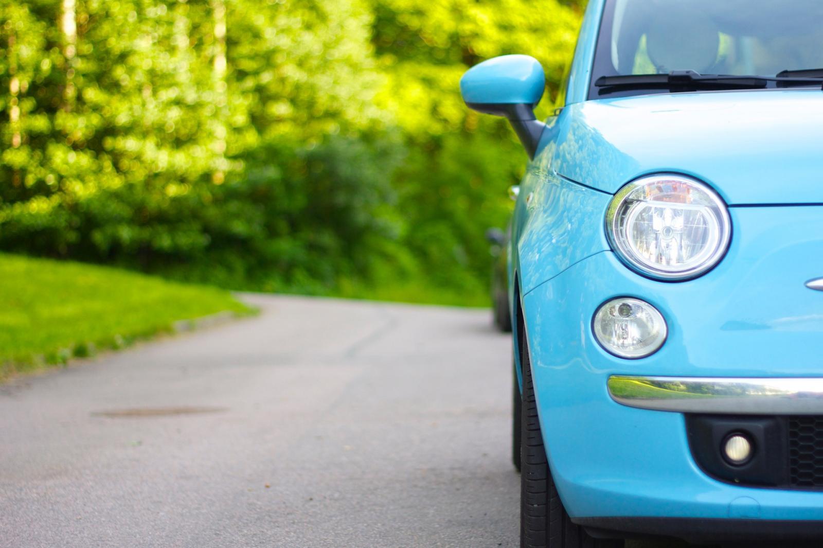 Comprar auto en linea: Auto hatchback de color azul ligero