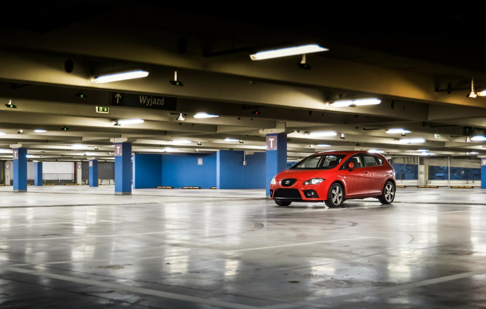 Comprar auto en linea: Auto en un estacionamiento
