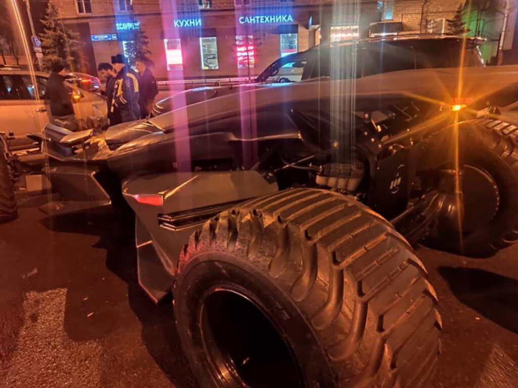 Detienen a falso Batman con todo y Batimóvil en Rusia