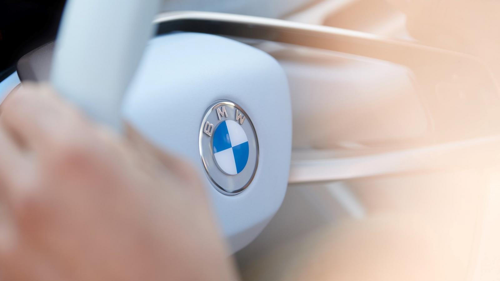 El BMW Concept i4 fue el primer auto en portar el nuevo logotipo