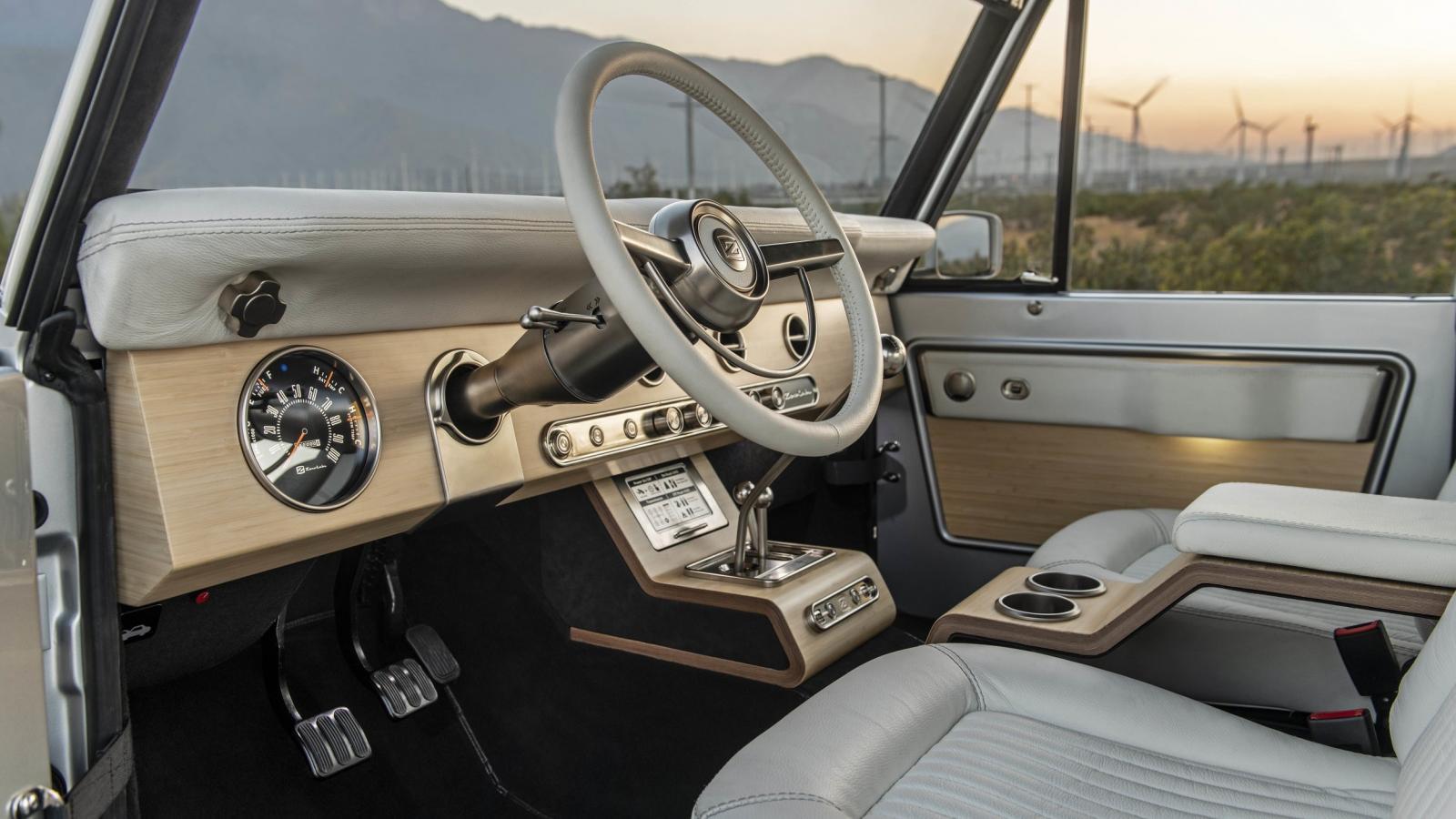 Tiene interiores de alta calidad con acabados agradables al tacto, pero sin perder estilo