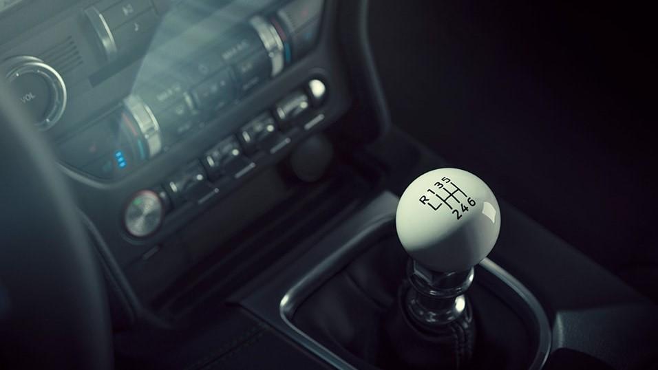 Algunos de sus elementos interiores Ford Mustang Bullitt 2020 tienen un diseño retro