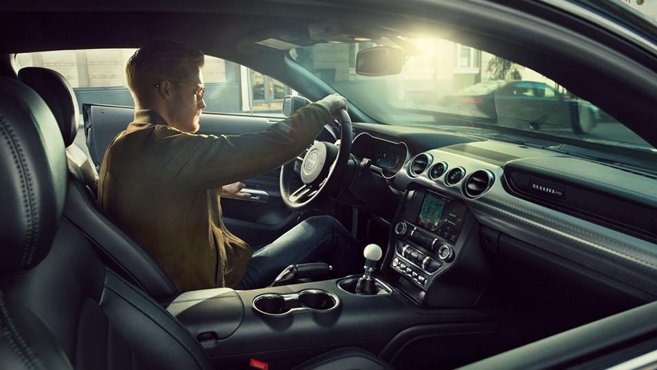 Los asientos delanteros Ford Mustang Bullitt 2020 están forrados de piel, al igual que su volante