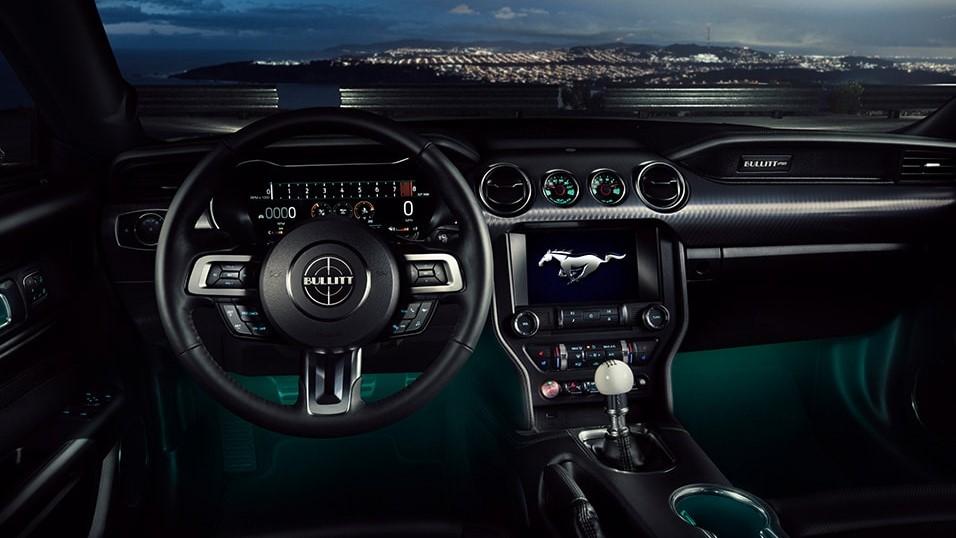 La línea delantera Ford Mustang Bullitt 2020 ofrece suficiente espacio para una experiencia agradable