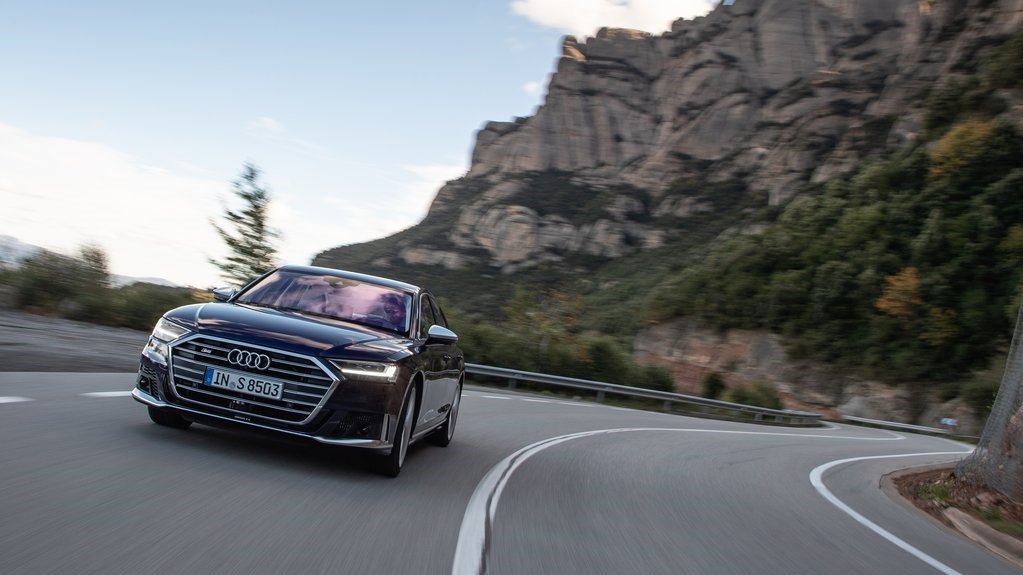 Audi S8 TFSI 2020 resena opiniones Tiene un paquete de seguridad completo, el cual inspira confianza para salir a carretera con la familia