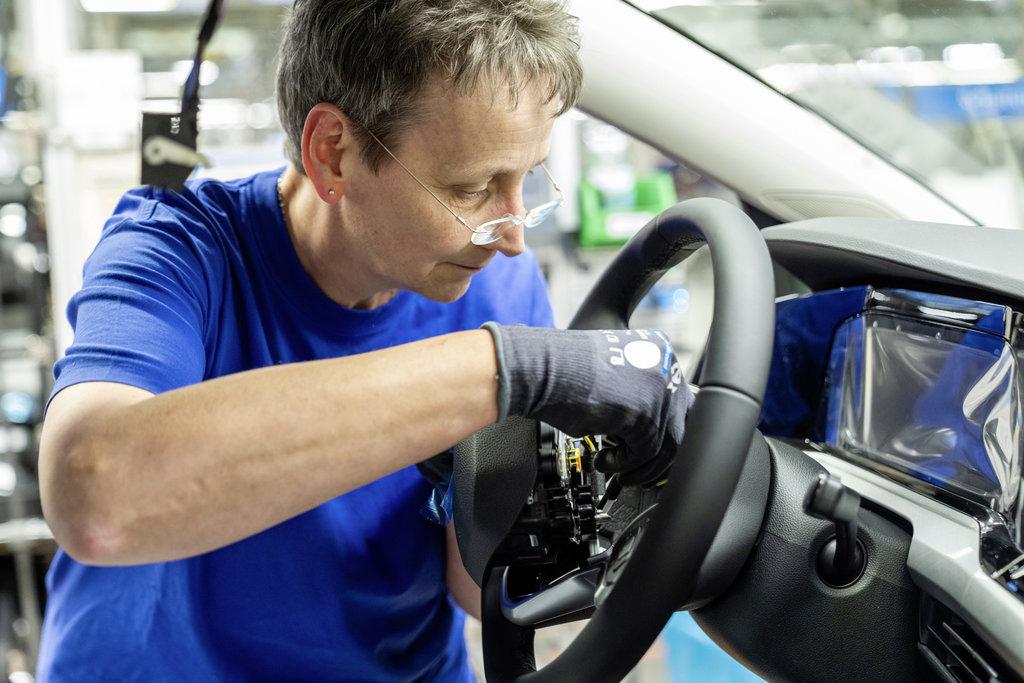 Cierran plantas de autos en Europa por coronavirus
