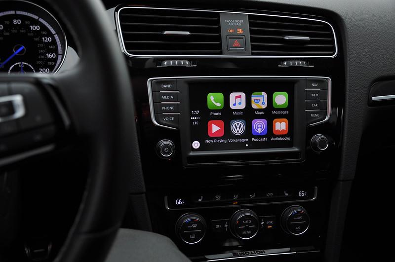 Apple CarPlay y Android Auto te hacen más lento al volante que beber y manejar