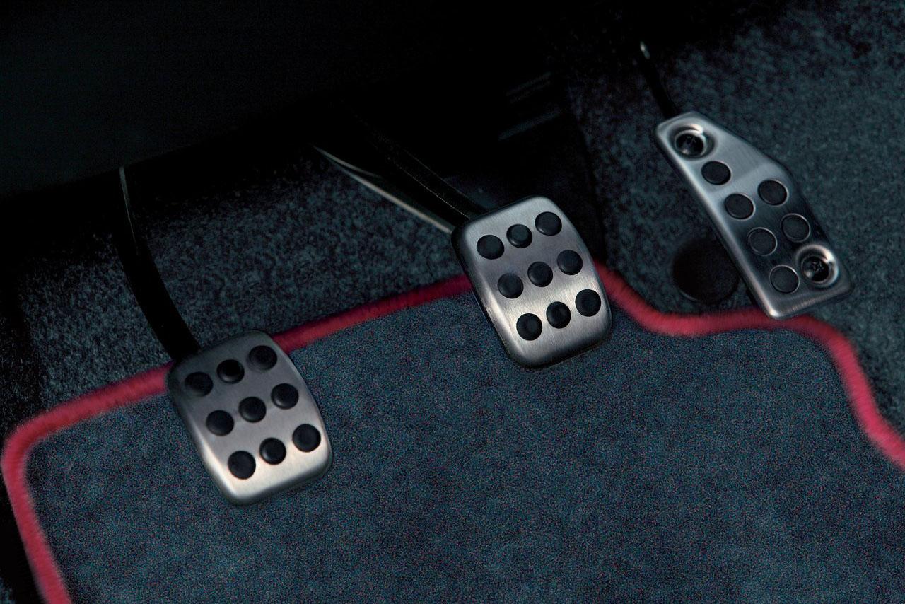 Los pedales de metal están pensados para autosdeportivos