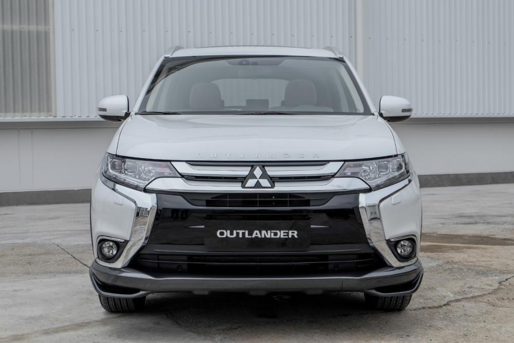Mitsubishi Outlander 2019 posando en un ambiente urbano