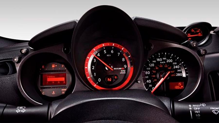 La poca altura de los asientos Nissan 370Z Nismo MT 2020 resena opiniones dificulta la visibilidad hacia el exterior