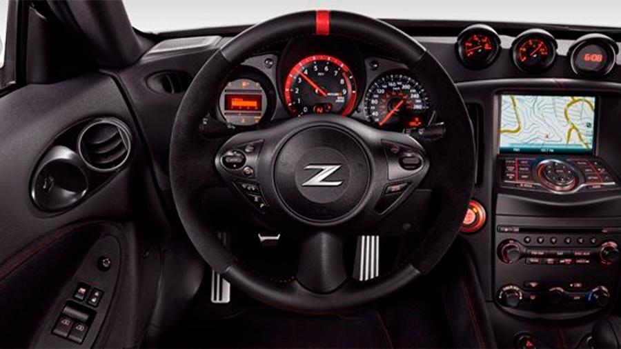 Nissan 370Z Nismo MT 2020 resena opiniones Tiene un equipo de infotenimiento limitado y escueto