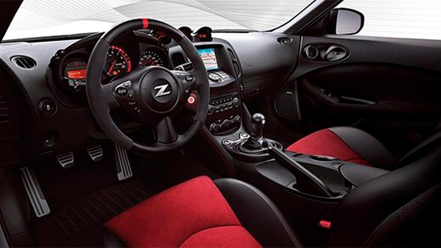 La cabina Nissan 370Z Nismo MT 2020 resena opiniones luce sencilla y orientada a la experiencia de manejo en su totalidad