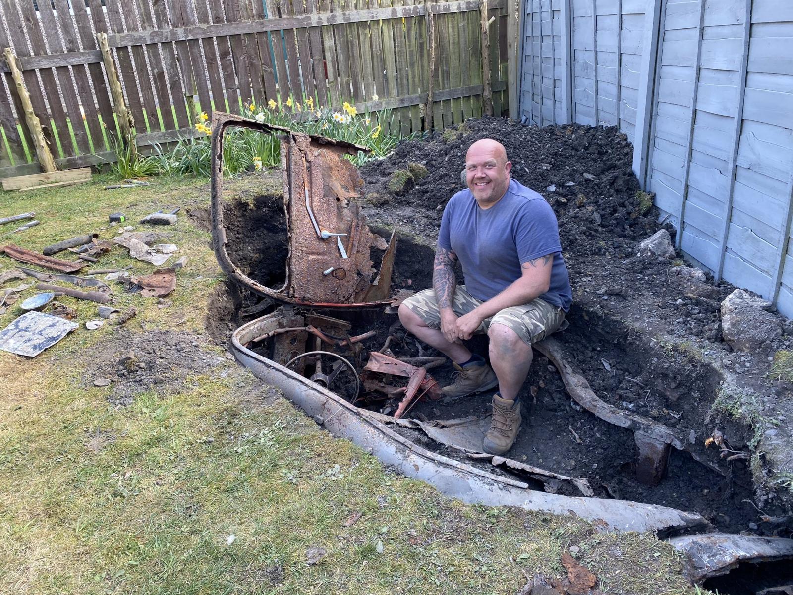 Descubre un auto enterrado mientras arreglaba el jardín de su casa