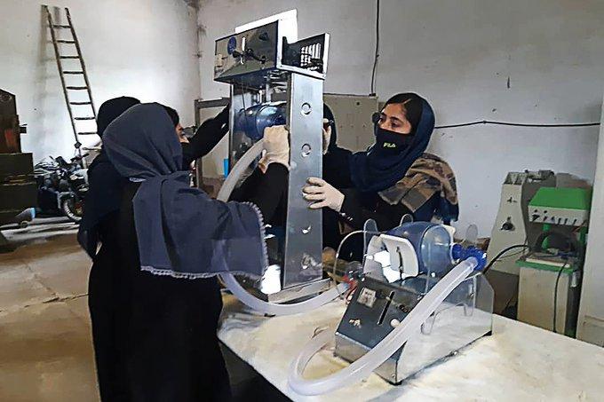 Jóvenes construyen un ventilador médico con autos usados