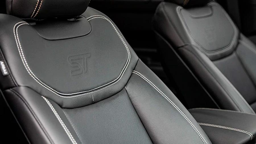 Ford Explorer ST 2020 resena opiniones va estampado en los asientos frontales, los cuales también tienen calefacción