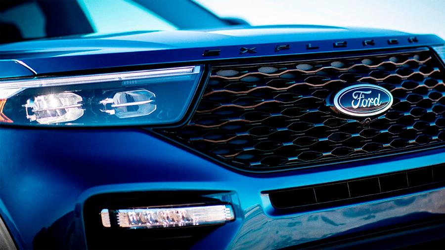 La parrilla pintada en negro Ford Explorer ST 2020 resena opiniones muestra con orgullo el emblema ST