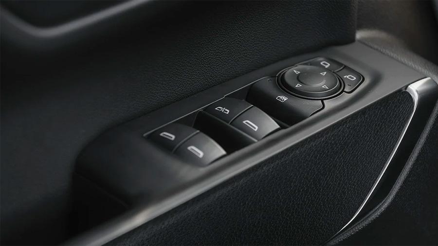 El diseño de los botones Chevrolet Silverado Doble Cabina 4x4 2020 resena opiniones facilita su manipulación